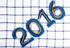 Числа 2016 веревочки и джинсовой ткани на checkered предпосылке ткани тон Стоковое фото RF