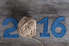 Числа 2016 джинсовой ткани на серой деревянной предпосылке Вместо нул I стоковая фотография rf