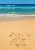 Числа 2017 и рождественская елка на пляже Стоковые Изображения RF