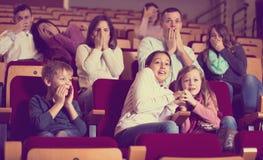 Число людей наслаждаясь страшным фильмом Стоковое фото RF