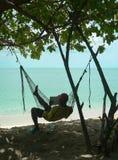читатель гамака коралла пляжа Стоковая Фотография RF