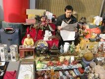 Читать в античном рынке Стоковое фото RF