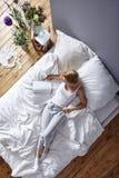 Читать в кровати Стоковые Изображения