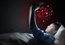 Читать в кровати Стоковые Изображения RF