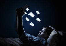 Читать в кровати Стоковое фото RF