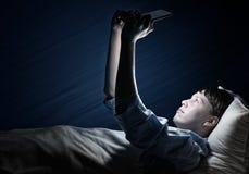 Читать в кровати Стоковое Изображение