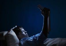 Читать в кровати Стоковое Фото