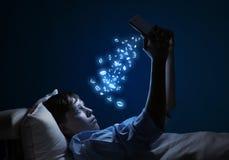 Читать в кровати Стоковая Фотография RF