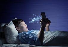 Читать в кровати Стоковые Фото