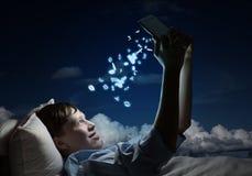 Читать в кровати Стоковые Фотографии RF