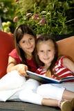Читать в саде Стоковые Изображения RF