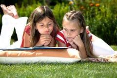 Читать в саде Стоковые Фотографии RF