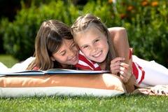 Читать в саде Стоковое фото RF