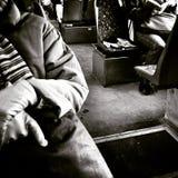 Читать в трамвае Художнический взгляд в черно-белом Стоковое Фото