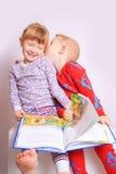 читать детей книги Стоковые Изображения