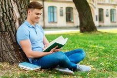 Читать его любимую книгу Стоковое фото RF