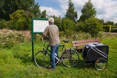 Читать карту трассы велосипедистом стоковая фотография rf
