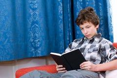 читать кресла мальчика книги pre предназначенный для подростков Стоковые Изображения