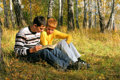 читать мальчиков стоковое фото