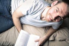 Читать на кровати стоковые изображения rf