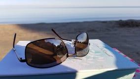 Читать на пляже стоковое изображение