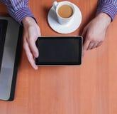 Читать новости на цифровой таблетке Стоковые Изображения