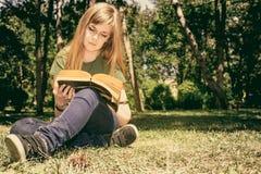 читать ослаблять Стоковые Фотографии RF
