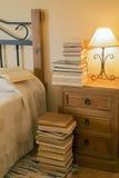 Читать перед кроватью Стоковые Фотографии RF
