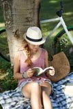 Читать под деревом Стоковое Фото