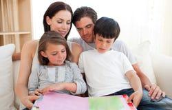 читать родителей детей книги их Стоковая Фотография RF
