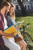 Читать студентов Стоковое Изображение