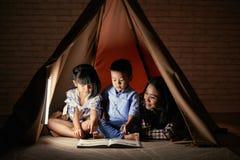 Читать с детьми Стоковые Изображения