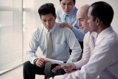 Читать финансовый отчет Стоковое фото RF