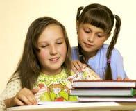 читать 2 девушок Стоковая Фотография RF