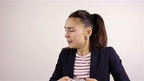 Чихающ молодая женщина видеоматериал