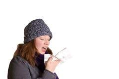 Чихая изолированные одежды женщины теплые Стоковые Изображения RF