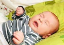 Чихая newborn младенец стоковые фотографии rf