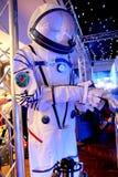 Чичестер, Сассекс, Великобритания - 15-ое февраля 2017: Космический костюм несенный Briti стоковое фото