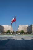 Чилийский флаг перед дворцом Moneda Ла - Сантьяго, Чили Стоковые Фотографии RF