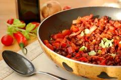 Чили с фасолями, перцем, томатами, луком и кориандром Стоковая Фотография RF