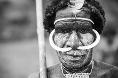 Член племени Dani на ежегодном фестивале долины Baliem стоковые фотографии rf