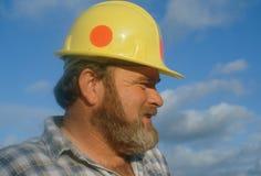 Член экипажа нося трудный шлем стоковые изображения