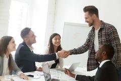 Член handshaking руководителя группы новый к разнообразной рабочей группе Стоковые Фото