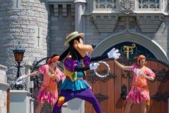 Чокнутые танцы с принцессой и характеры лягушки в волшебном королевстве 1 стоковые изображения