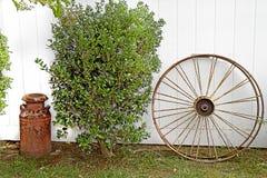 Чонсервная банка колеса телеги & молока года сбора винограда Стоковые Изображения