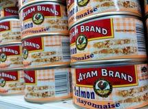 Чонсервные банкы майонеза бренда Ayam Salmon стоковая фотография