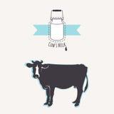 Чонсервные банкы молока с голубой лентой Силуэт коровы Стоковые Фото