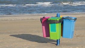 Чонсервные банкы отброса на пляже стоковое фото rf