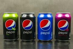 Чонсервные банкы с разными видами Пепси: первоначально, одичалая вишня, известка и максимальное Стоковое фото RF
