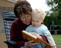 чтение бабушки книги Стоковое Изображение